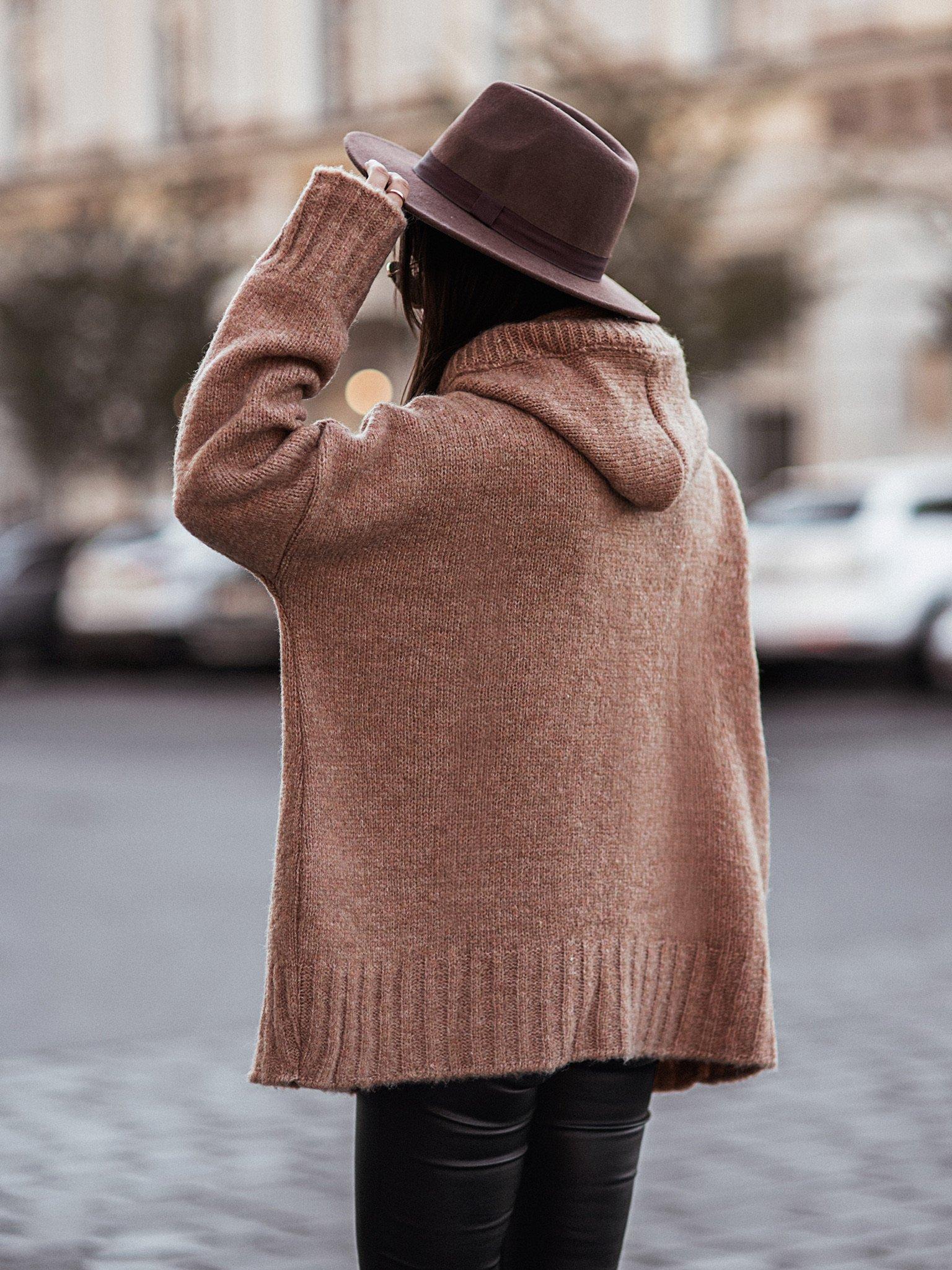 Sweter oversize z kapturem by Varlesca camel